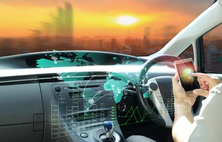 El hombre utiliza el teléfono celular se conecta a un automóvil inteligente o un vehículo futurista y la interfaz gráfica de usuario conecta el automóvil. Internet de las Cosas. Visualización de cabezales (HUD). Foto de archivo - 86679367