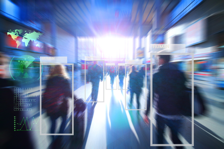 機械やロボットの学習分析の技術は、フレア光の効果、人工知能の概念と人間の技術は、ソフトウェアの分析機能と街の人々 を認識を識別します。 写真素材