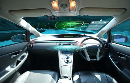 Elektrische auto of intelligente auto. verbonden auto. Internet van dingen. Heads-up display (HUD). Futuristisch voertuig en grafische gebruikersinterface (GUI). Zelfrijdende modus, voertuig met zelfrijdende modus en een vrouwelijke bestuurder Stockfoto - 92990608