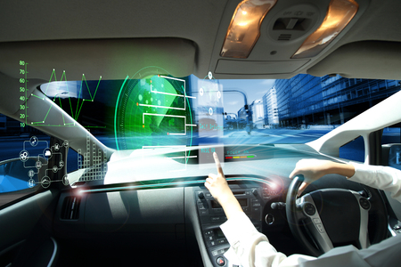 Coche eléctrico o coche inteligente coche conectado Internet de las Cosas. Pantalla de visualización frontal (HUD). Vehículo futurista e interfaz gráfica de usuario (GUI). Modo de conducción autónoma, automóvil autónomo, modo de conducción autónoma del vehículo y una mujer conductora Foto de archivo - 92993278