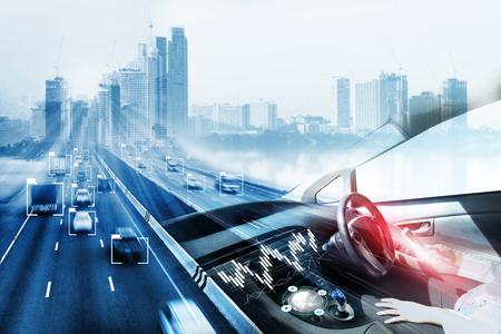Elektroauto oder intelligentes Auto. Heads-up-Display (HUD). Futuristisches Fahrzeug und grafische Benutzeroberfläche (GUI). Selbstfahrmodus, autonomes Auto, selbstfahrendes Fahrzeug und Fahrerin