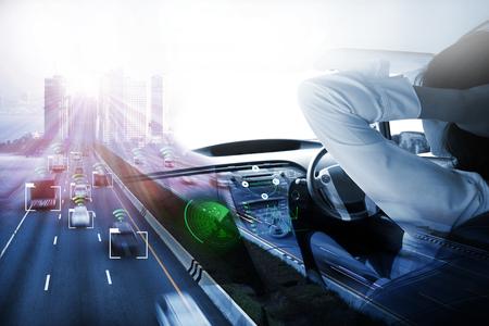 coche eléctrico o coche inteligente. Pantalla de visualización frontal (HUD). Vehículo futurista e interfaz gráfica de usuario (GUI). Modo de conducción autónoma, automóvil autónomo, modo de conducción automática del vehículo y una mujer conductora