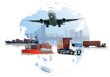 La logística mundial, hay un mapa mundial con distribución de red logística en el fondo y el buque de carga de carga de contenedores industriales de logística para el concepto de envío rápido o instantáneo