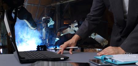 Industrie 4.0, ingénieur vérifie et contrôle la machine à bras automatique de robotique de soudage. en usine intelligente automobile industrielle Banque d'images