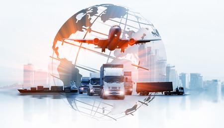 Die Weltlogistik, es gibt eine Weltkarte mit logistischer Netzwerkverteilung im Hintergrund und ein Logistik-Industrie-Container-Frachtschiff für das Konzept des schnellen oder sofortigen Versands Standard-Bild