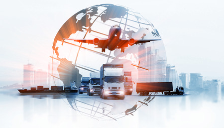 La logistica mondiale, ci sono una mappa del mondo con la distribuzione della rete logistica sullo sfondo e la logistica della nave da carico del container industriale per il concetto di spedizione veloce o istantanea Archivio Fotografico