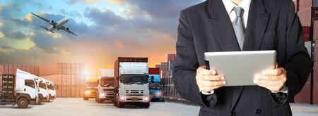 Dubbele blootstelling van man met wereldkaart voor logistieke netwerkdistributie op achtergrond en logistiek industriële containervrachtvrachtschip voor verzending en transport, import-export Stockfoto