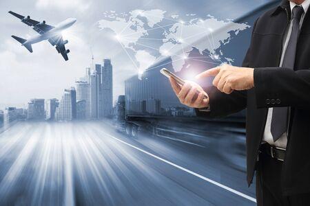 Doppia esposizione dell'uomo con la mappa del mondo per la distribuzione della rete logistica sullo sfondo e la logistica della nave da carico del contenitore industriale per la spedizione e il trasporto, import-export