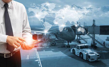 Der Weltlogistikhintergrund oder die Transportindustrie oder das Schifffahrtsgeschäft, Containerfrachtversand, LKW-Lieferung, Flugzeug, Import-Export-Konzept Standard-Bild