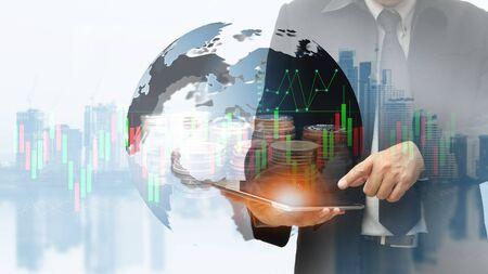Consultoría financiera internacional para el concepto de finanzas y banca con filas de monedas para el conocimiento de los negocios.