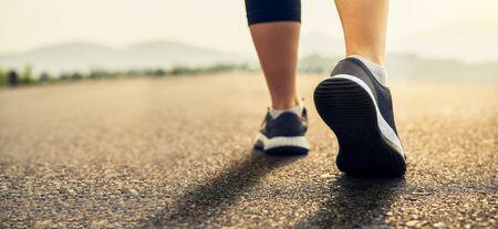 Le scarpe dei corridori sono preparate per lasciare il punto di partenza. Jogging allenamento e sport concetto di stile di vita sano.