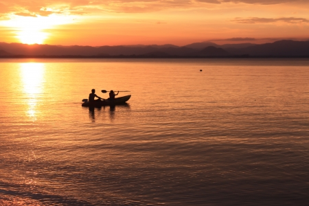 piragua: Imagen de la silueta, Rower al atardecer
