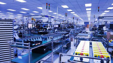 Elektroniczna linia produkcyjna, Nowoczesna montownia jednostek, Mała hala produkcyjna przemysłowa z wyposażeniem do produkcji części zamiennych, części metalowych, petrochemiczna, przemysł chemiczny