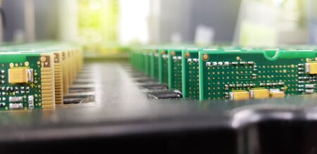 Services de fabrication électronique, assemblage de l'arrangement de la carte de circuit imprimé, gros plan de la matière première de PCBA dans le bac. Banque d'images