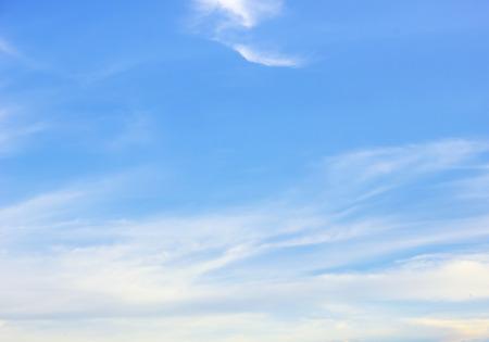 modrý: mraky na modré obloze na pozadí Reklamní fotografie