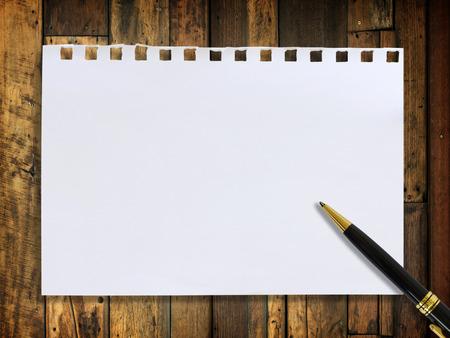 paper note: Nota de papel y l�piz sobre madera de textura de fondo Foto de archivo