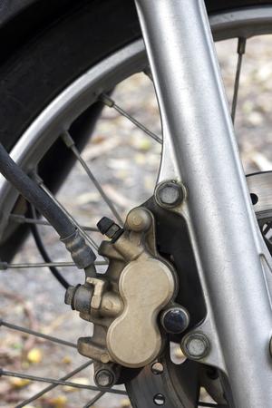 frenos: detalle de los frenos de disco de motocicleta, cerca de imagen.