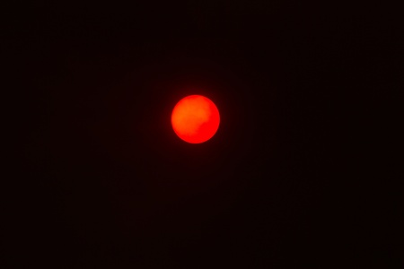 humo: View of the sun through the smoke of a great fire Stock Photo