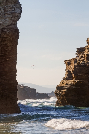 motorizado: Vuelo paramotor parapente impulsado por h�lice motorizado volando en la costa de la playa Mar bravo con olas deporte al aire libre Playa de las catedrales Lugo Galicia Espa�a Foto de archivo