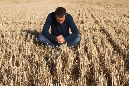 Reflexionandosentado young boy in a cereal field in summer mowing