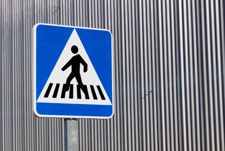 traffic signal: Des feux de circulation pour pi�tons ou pour pi�tons fond argent� cl�ture en m�tal gris