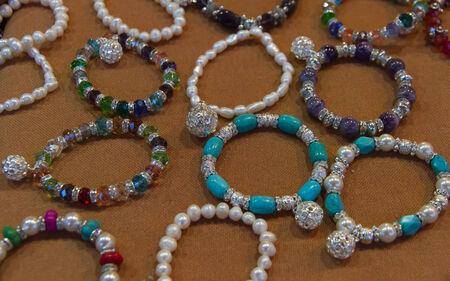 expositor: Display con pulseras de diferentes colores