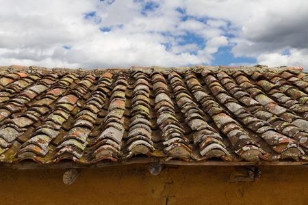 arabe: Tejas llenos de musgo y líquenes de edad Foto de archivo