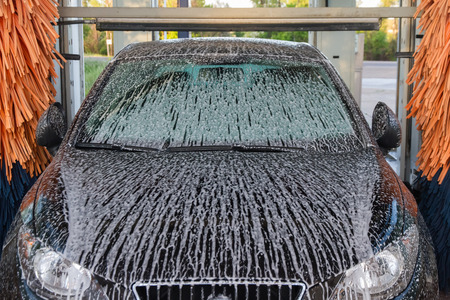 Dotted with soap suds Tunnel Car Wash Automatic Car Banque d'images