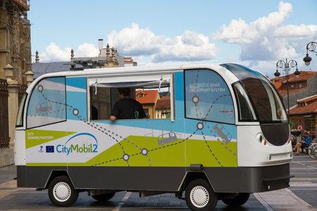 Pruebas de prototipo minibús sin conductor en las calles de la ciudad de Len. El CityMobil 2 es un proyecto de sistema de transporte por carretera automática urbano sin conductor totalmente eléctrico y puede transportar hasta 10 pasajeros y alcanzar una velocidad máxima de 40 kilómetros por hora Editorial
