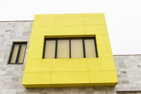 edificación: Detalle de edificaci�n moderna con ventanas de color amarillo
