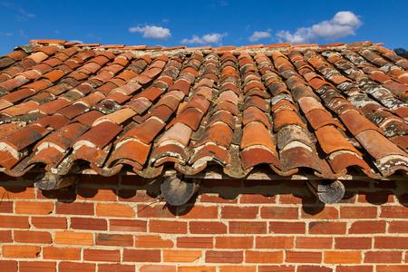 arabe: Techo de tejas viejas en un soporte para guardar los aperos de labranza, construidos con ladrillos y el cielo de fondo