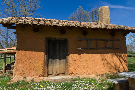 arabe: Cottage, cabin or shelter, built in adobe, in a meadow of the oak forest