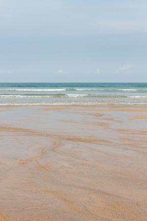 Detail of empty beach with clear wet sand and sea waves coming  - Detalle de  playa vacía con arena clara mojada y las olas del mar llegando   playa, llana, arena, mojada, agua, llanura, mar, costa,  turismo, detalle, cielo, gris, otoño, verano,  vac