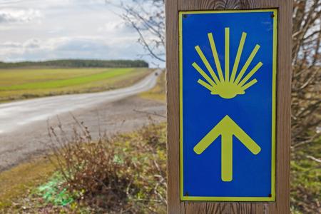 Symbol of Arrow and Shell of Santiago in direction signaling in the Way of Santiago next to the road - Simbolo de  Flecha Y Concha de Santiago en sen?alizacion de direccion en el Camino de Santiago al lado de la carretera /// camino de santiago, señalizac Standard-Bild