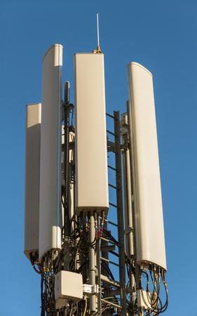 Mobile phone antennas and wiring building roof - Antenas de telefonía movil y cableado en azotea de edificio /// antenas, cableado, cables, telefono, movil,  azotea,  emitir, recibir,  ondas electromagnéticas ondas, 4g,   torre, telecomunicaciones, inte