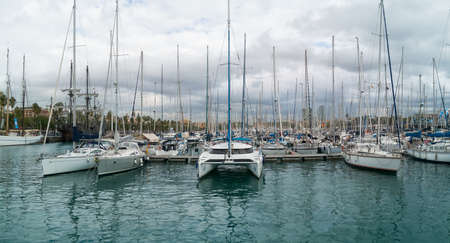 Diverse boats moored in the dock of the Port of Barcelona Banque d'images