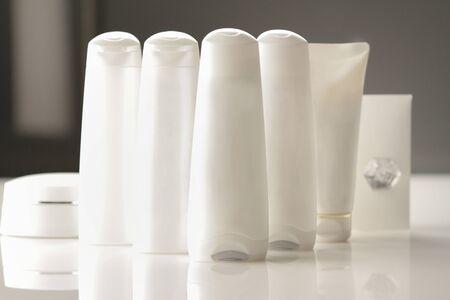 blank white plastic bottles are arranged on a table for packaging shot in studio 免版税图像
