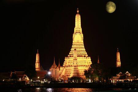 landscape view of Chao Phraya river side at Wat Arun pagoda landmark of Bangkok at a night 스톡 콘텐츠