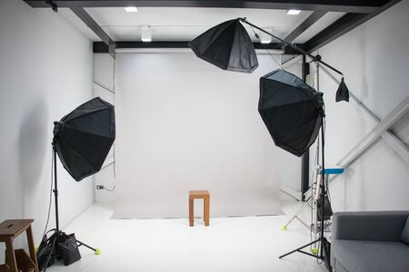 in a photography studio have three umbrella flash light are setting standby for work Stockfoto