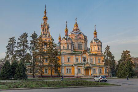 ALMATY, KAZACHSTAN - NOVEMBER 5, 2014: De Ascension Orthodox Cathedral bij zonsondergang Redactioneel