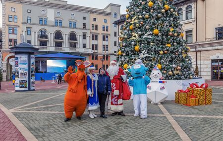 SOCHI, RUSSIA - JANUARY 3, 2018: St. Petersburg Rosa Khutor. Klaus and fairy-tale heroes at the Christmas tree of the ski resort Rosa Khutor. 新聞圖片