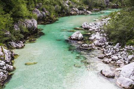unspoiled: R�o salvaje hermosa en el parque nacional. R�o de color esmeralda fluye a trav�s de la naturaleza virgen. Desierto alrededor. Foto de archivo