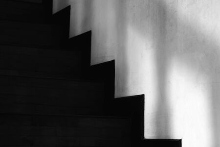 Abstracted light and shadow on the wall next to the stairs, minimalist on black and white geometric style. Banque d'images - 143479472