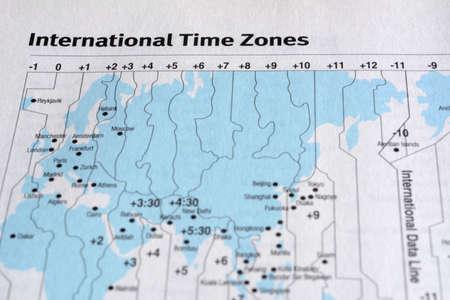 Closeup International time zone on white paper map. Foto de archivo