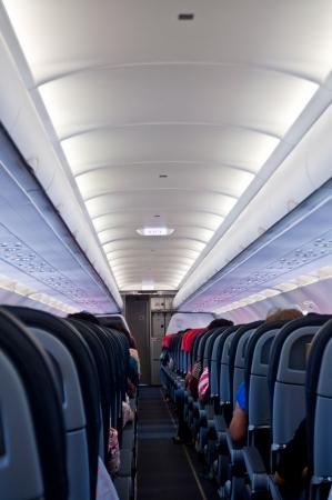 Interior del avión con pasajeros en los asientos