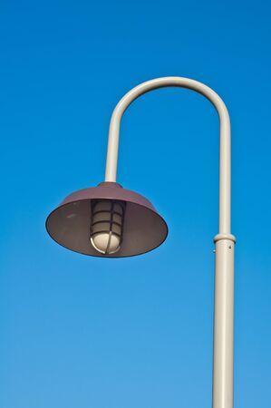 lamp post: Lampione nel cielo blu Archivio Fotografico