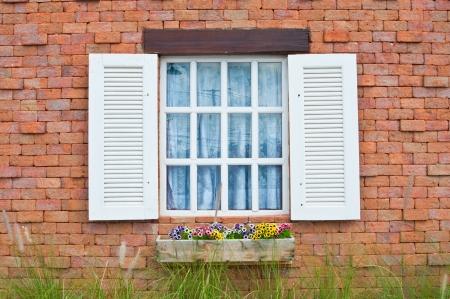 fenetres: Fen�tre blanche sur mur de briques rouges de style maison ancienne,