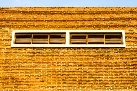 orificio nasal: Antiguo muro de ladrillo y espir�culo contra el cielo azul Foto de archivo