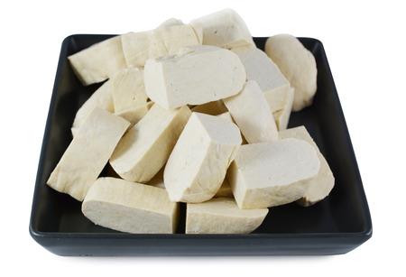 Cubos de tofu en un plato aislado en blanco Foto de archivo - 22668575