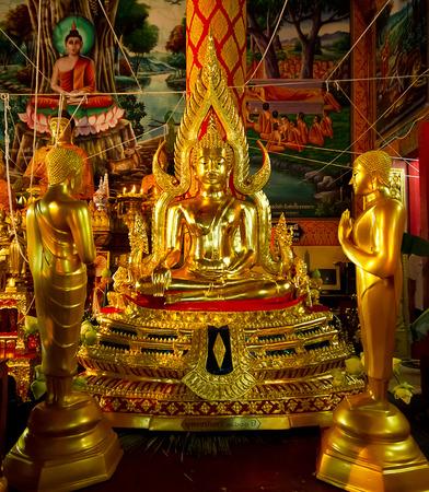 luz de velas: Buddha statue and candlelight